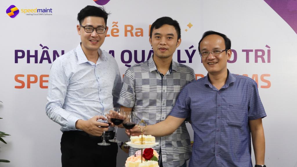 Các giám đốc mở Vang và chúc mừng dự án thành công tốt đẹp