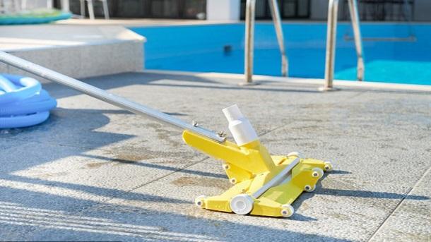Thực hiện nhiệm vụ vệ sinh là một trong những công việc được yêu cầu của một nhân viên kỹ thuật bảo trì